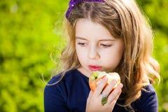 Niño que come las frutas Fotografía de archivo