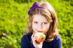 Niño que come las frutas Fotos de archivo libres de regalías