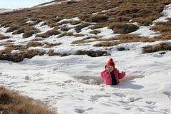 Niño que come nieve Imágenes de archivo libres de regalías