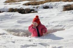 Niño que come nieve Imagenes de archivo