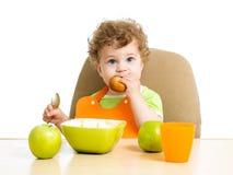Niño que come solo Fotos de archivo