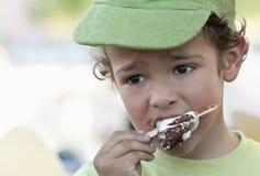 Niño que come un helado Foto de archivo libre de regalías