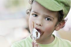 Niño que come un helado Foto de archivo