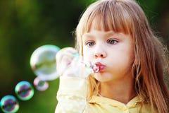 Niño que comienza burbujas de jabón fotografía de archivo