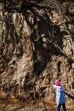 Niño que comprueba el sistema de la raíz - erosión de suelo foto de archivo libre de regalías