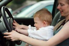 Niño que conduce el coche foto de archivo