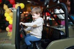 Niño que conduce el coche del juguete Fotografía de archivo