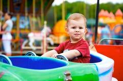 Niño que conduce el vehículo del juguete Imagenes de archivo