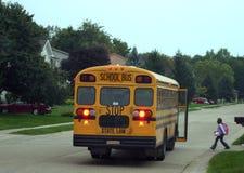 Niño que consigue en el autobús escolar Imagen de archivo libre de regalías
