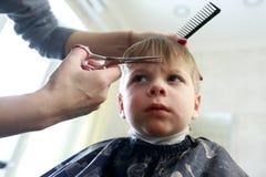 Niño que consigue un corte de pelo Fotografía de archivo