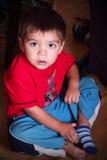Niño que consigue vestido Foto de archivo