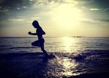 Niño que corre en el agua Imágenes de archivo libres de regalías