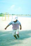 Niño que corre en el retrato de la playa Imágenes de archivo libres de regalías