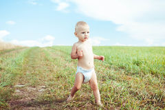 Niño que corre en un campo fotografía de archivo libre de regalías