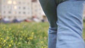 Niño que corre a través al patio del ` s de los niños, vista posterior almacen de metraje de vídeo