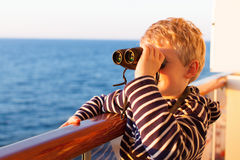 Niño que cruza con los prismáticos Fotografía de archivo libre de regalías