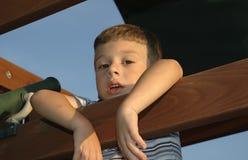 Niño que cuelga hacia fuera imágenes de archivo libres de regalías