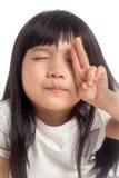 Niño que cuenta con el closing del ojo imagenes de archivo