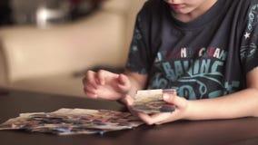 Niño que cuenta el dinero almacen de metraje de vídeo