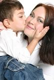 Niño que da a madre un beso Foto de archivo libre de regalías