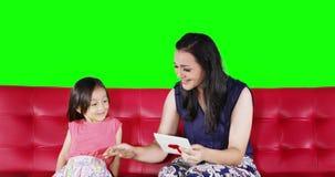 Niño que da una tarjeta de felicitación a su madre almacen de video