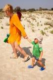 Niño que deja el griterío de la playa foto de archivo
