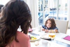 Niño que desayuna Foto de archivo