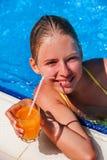 Niño que descansa en una piscina Imagenes de archivo