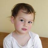 Niño que despierta por la mañana Fotos de archivo
