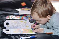 Niño que dibuja en casa Fotografía de archivo