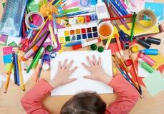 Niño que dibuja la visión superior Lugar de trabajo de las ilustraciones con los accesorios creativos Herramientas planas del art Imagenes de archivo