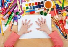 Niño que dibuja la visión superior Lugar de trabajo de las ilustraciones con los accesorios creativos Herramientas planas del art Imágenes de archivo libres de regalías