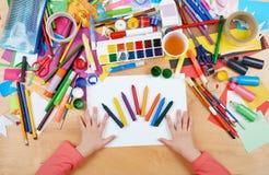 Niño que dibuja la visión superior Lugar de trabajo de las ilustraciones con los accesorios creativos Herramientas planas del art imagen de archivo