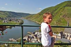 Niño que disfruta de la opinión sobre el río de Mosela Foto de archivo