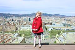 Niño que disfruta de viaje de la ciudad a Barcelona imagen de archivo libre de regalías