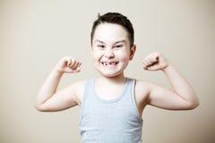 Niño que dobla el bíceps Imagenes de archivo