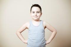 Niño que dobla el bíceps Foto de archivo