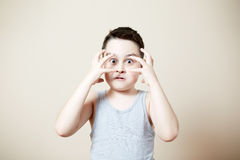 Niño que dobla el bíceps Foto de archivo libre de regalías