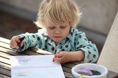 Niño que drena un cuadro abstracto Fotografía de archivo libre de regalías
