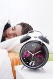 Niño que duerme en cama Imagen de archivo libre de regalías