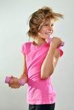 Niño que ejercita con pesas de gimnasia Foto de archivo libre de regalías