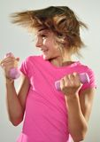 Niño que ejercita con pesas de gimnasia Imagen de archivo libre de regalías