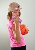 Niño que ejercita con pesas de gimnasia y la bola Fotografía de archivo libre de regalías