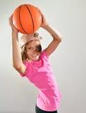Niño que ejercita con pesas de gimnasia y la bola Fotografía de archivo