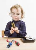 Niño que elige la herramienta para reparar el disco duro imagen de archivo libre de regalías
