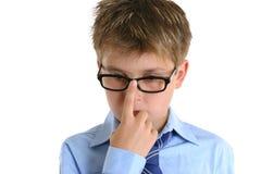 Niño que empuja los vidrios para arriba sobre nariz Imagenes de archivo