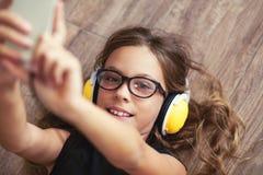 Niño que escucha la música Foto de archivo libre de regalías