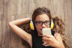 Niño que escucha la música Imagen de archivo