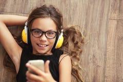 Niño que escucha la música Imagen de archivo libre de regalías