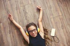 Niño que escucha la música Imágenes de archivo libres de regalías